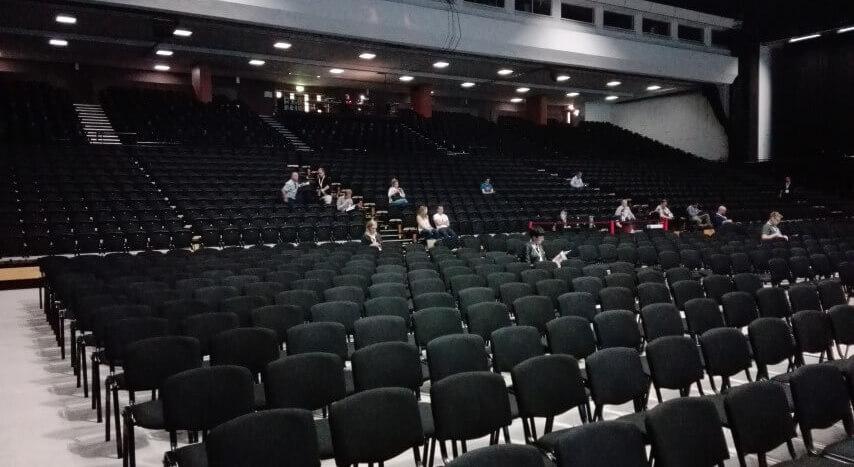 El salón principal es muy muy grande